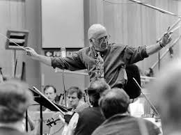 Jerry Goldsmith dirige son archestre.