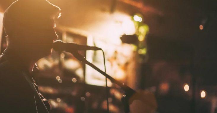 Chanteur devant un micro