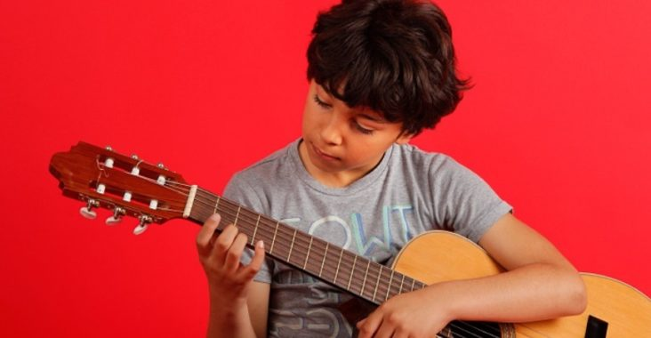 Garçon qui joue de la guitare