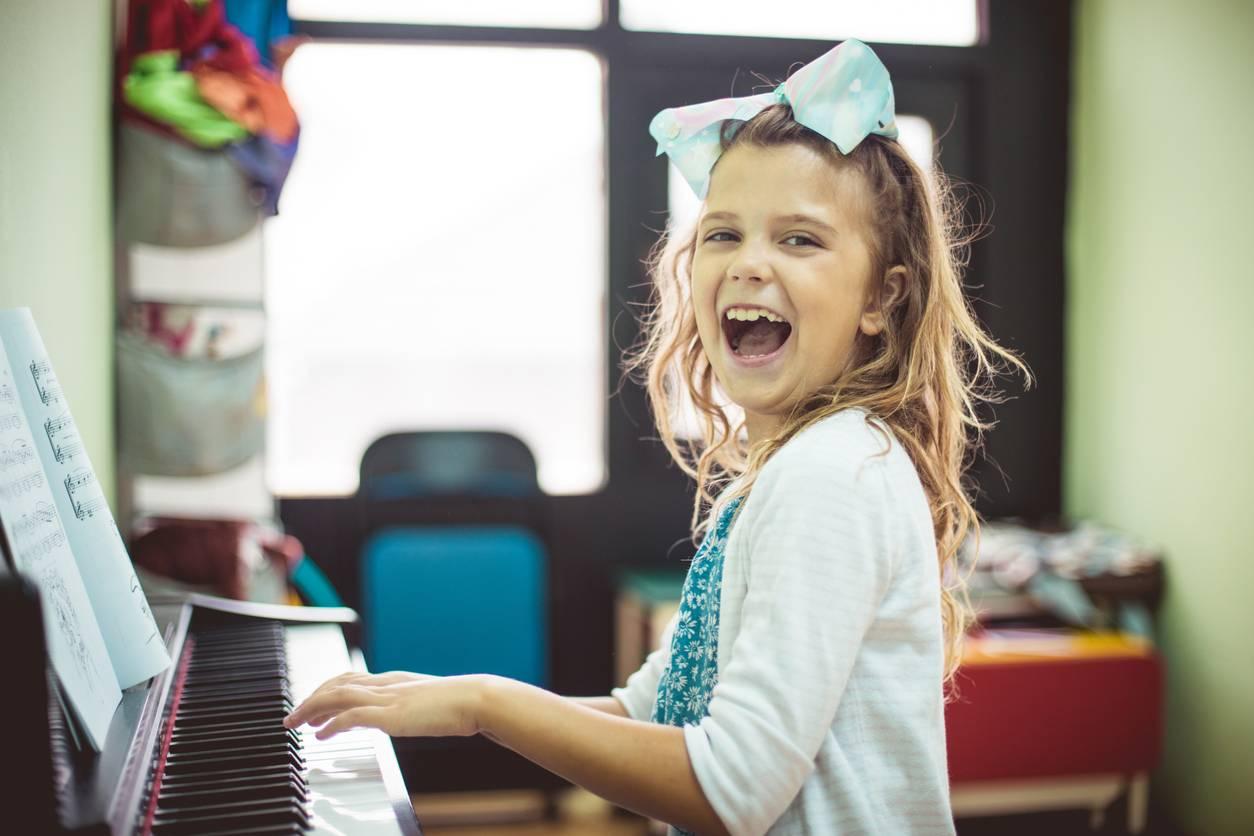 Une enfant joue du piano