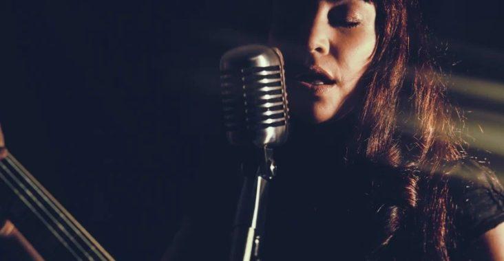 Femme chantant avec une guitare