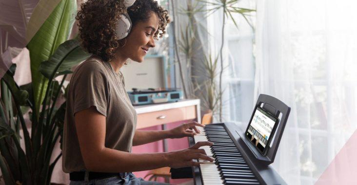 Une femme prenant des cours de piano en ligne