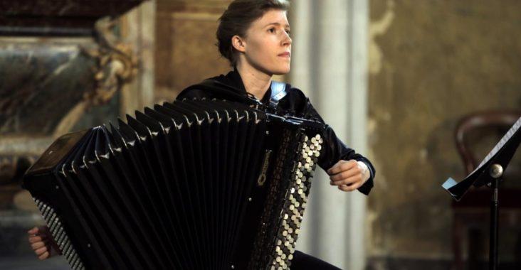 Femme qui joue de l'accordéon