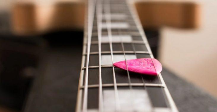 Cordes de guitare et médiator