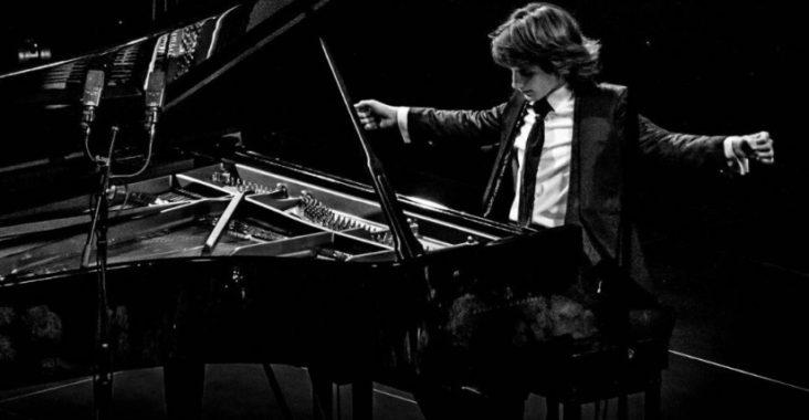 Yoav Levanon devant un piano