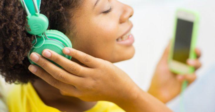 Une femme entrain d'écouter de la musique avec un casque