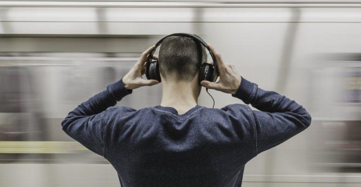 homme casque musique métro